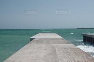 海の横にある水の体の写真・画像素材[1291095]