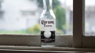 ウィンドウの横にあるボトルの写真・画像素材[1291114]
