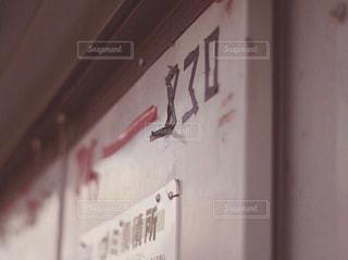 建物の側面にある記号の写真・画像素材[1295837]