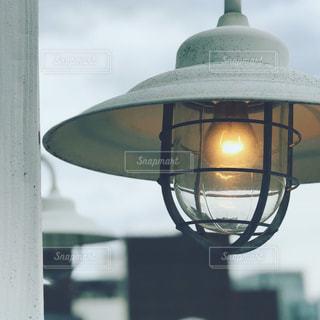 近くにランプのアップの写真・画像素材[1534293]