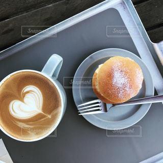 テーブルの上のコーヒー カップの写真・画像素材[1602288]