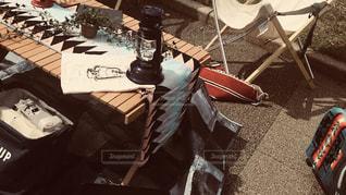 テーブルの前で座っている椅子の写真・画像素材[1623685]