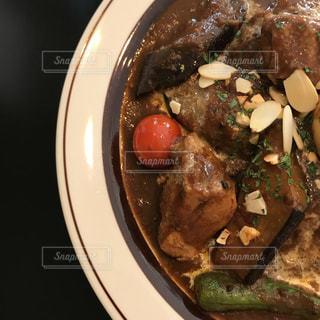 板の上に食べ物のボウルの写真・画像素材[1623871]