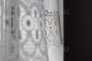 近くに白い壁のアップの写真・画像素材[1624001]