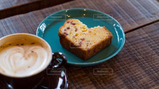 食品とコーヒーのカップのプレートの写真・画像素材[1624018]