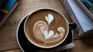 木製のテーブルの上に座ってコーヒー カップの写真・画像素材[1629630]