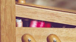 木製のテーブルに黒いギターの写真・画像素材[1636879]