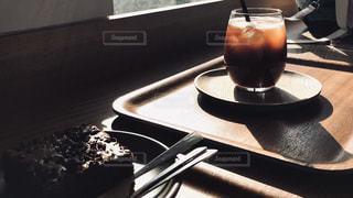 テーブルの上に座っているケーキの写真・画像素材[1652091]