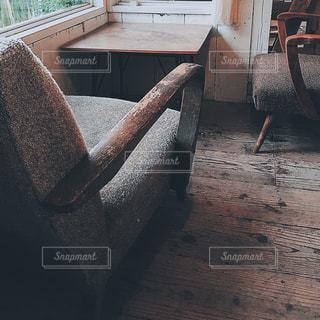 建物の前に座っている椅子の写真・画像素材[1655313]