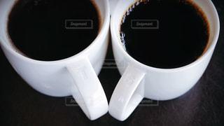 近くにコーヒー カップのアップの写真・画像素材[1697066]