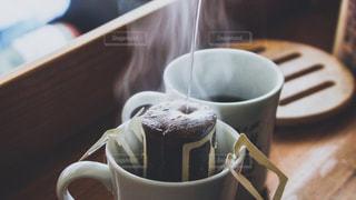 テーブルの上のコーヒー カップの写真・画像素材[1702602]