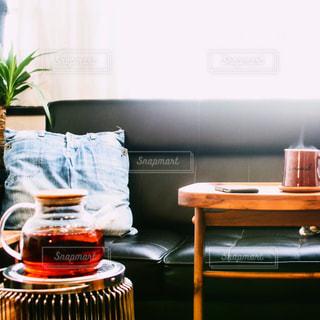テーブルの上の花の花瓶の写真・画像素材[1730875]