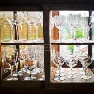 ワイングラスとウィンドウの前に立ってテーブルの写真・画像素材[1857623]