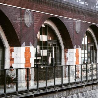 列車は建物の横に駐車されているの写真・画像素材[2119665]