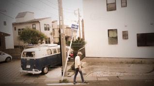 通りを歩いている人の写真・画像素材[2119668]