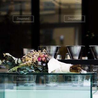 テーブルの上のガラスの花瓶の写真・画像素材[2122605]