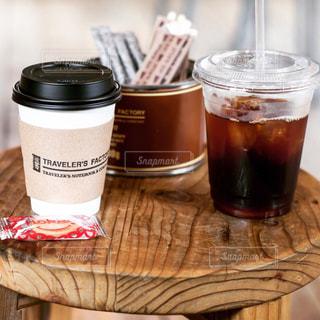 テーブルの上にコーヒー1杯とビール一杯の写真・画像素材[2126009]