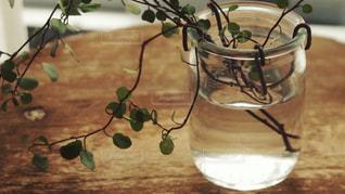 テーブルの上の花の花瓶の写真・画像素材[2180787]