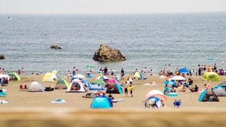 浜辺の人々のグループの写真・画像素材[2189321]