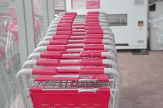 テーブルの上の赤い本の写真・画像素材[2216778]