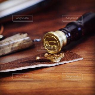 木製のまな板の上に座っているナイフの写真・画像素材[2272093]