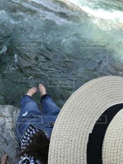 水の中に立っている数人の人々の写真・画像素材[2284120]