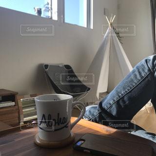 テーブルの上に座っている人の写真・画像素材[2284125]