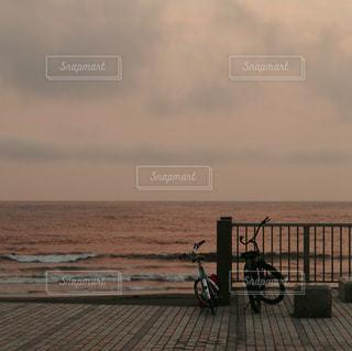 自転車は水域の隣に駐車するの写真・画像素材[2328088]