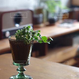 木製のテーブルの上に座っている花瓶の写真・画像素材[2384124]