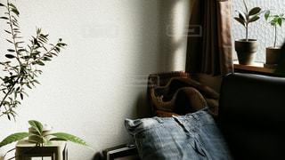テーブルの上に座っている花瓶の写真・画像素材[2431830]
