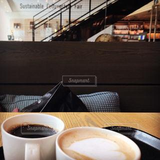 テーブルの上のコーヒー1杯の写真・画像素材[2720053]