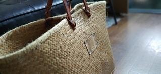 椅子の上に座っている荷物の袋の写真・画像素材[4013945]