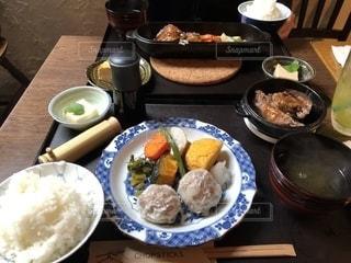 テーブルの上の皿の上に食べ物のボウル - No.1257259