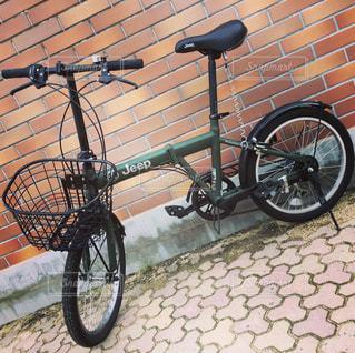 れんが造りの壁の横に自転車を駐車します。の写真・画像素材[1257282]