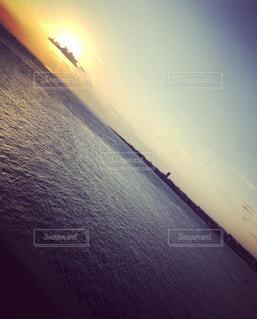 水の体に沈む夕日の写真・画像素材[1257284]