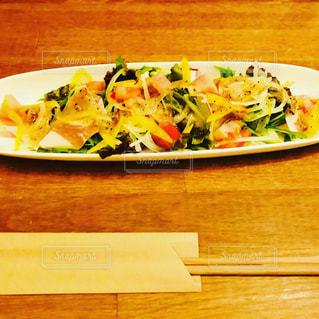木製のテーブルの上に食べ物のプレートの写真・画像素材[1257285]