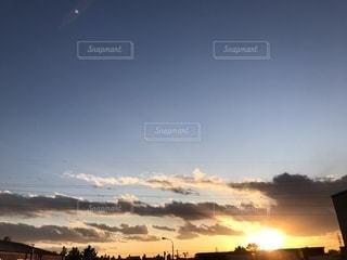 沈みゆく夕日の写真・画像素材[1260649]
