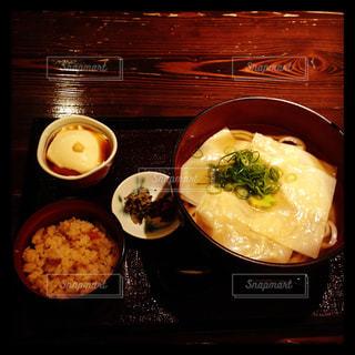 テーブルの上に食べ物のプレートの写真・画像素材[1264565]