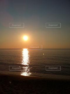 日本海に沈む夕陽の写真・画像素材[1257925]