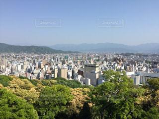 背景の山と都市のビューの写真・画像素材[1263613]