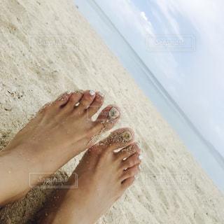 ビーチに座っている人の写真・画像素材[1258924]
