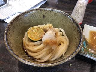 板の上に食べ物のボウルの写真・画像素材[1281404]