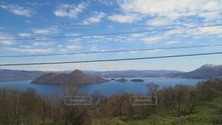 背景の山と木の写真・画像素材[2085822]