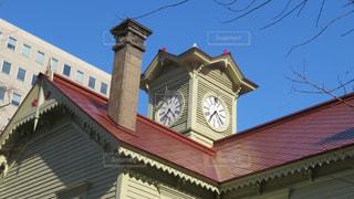 家の前に小さな時計塔の写真・画像素材[2085823]