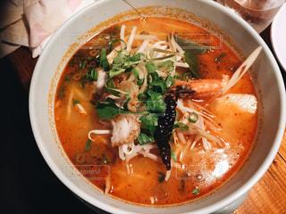スープとスプーンのボウルの写真・画像素材[1260724]
