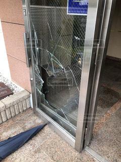 マンションのドアが割れたの写真・画像素材[2100240]