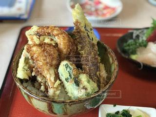 近くのテーブルの上に食べ物のボウルの写真・画像素材[1260498]