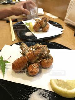 テーブルの上に食べ物のプレートの写真・画像素材[1262043]