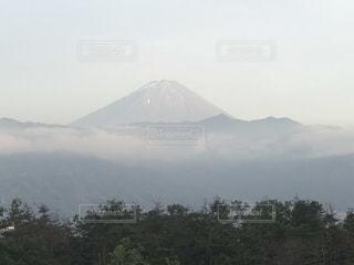 背景の大きな山の写真・画像素材[1261286]