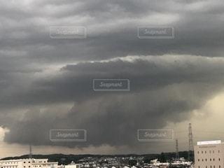 積乱雲のアーチ雲の写真・画像素材[2391019]